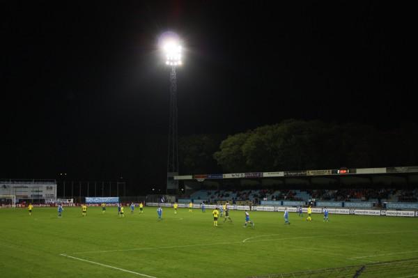 Domweg gelukkig op de goeddeels verlaten tribunes van FC Eindhoven.