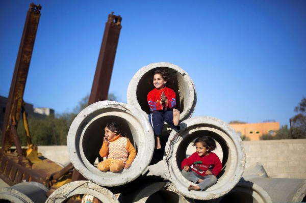 Geïmproviseerd kinderplezier in Gaza ©Mohammed Abed