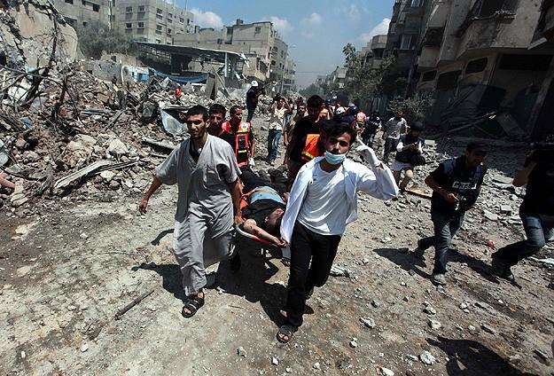 Palestijnen dragen hun gewonden en doden weg tijdens de Israëlische bommencampagne in 2014, die ruim 2000 mensen het leven kostte.
