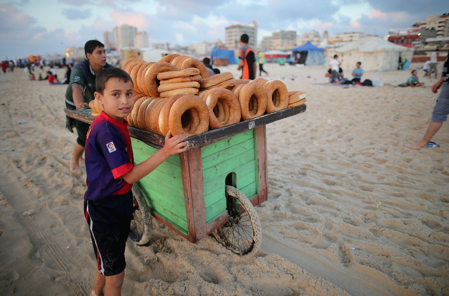 Jonge broodverkoper op het strand van Gaza.